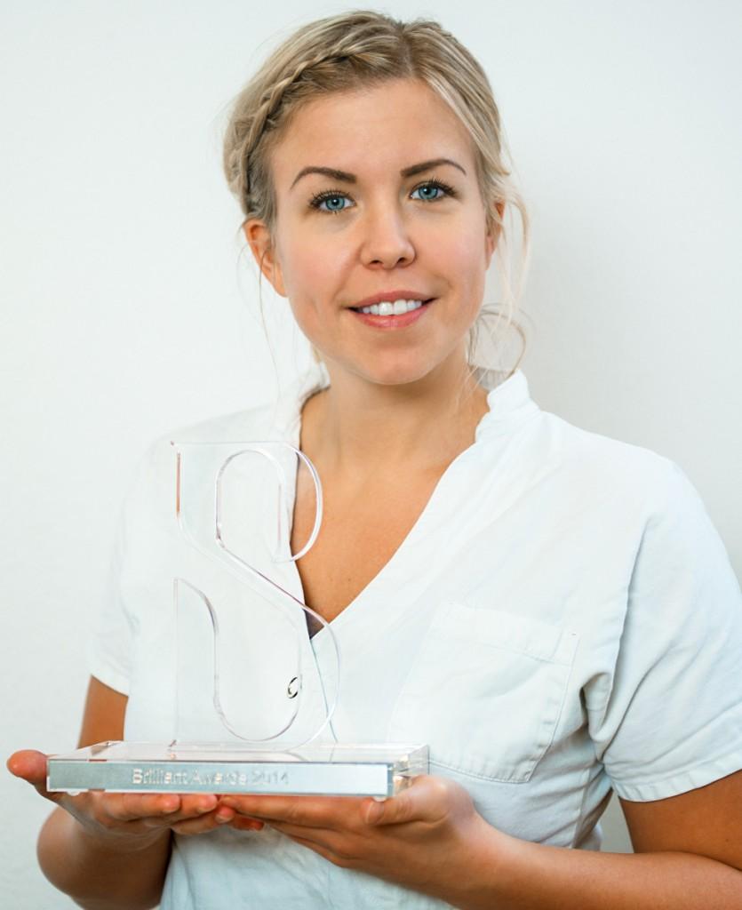 Brilliant Smile Adward 2014 Utmärkelsen tilldelas Anna Damgaard  Motivering  Engagemang och enastående kundservice. Noggrant arbete, fantastisk energi och ger det lilla extra för att förgyller kundens upplevelse. Medverkat i Brilliant Smiles instruktionsfilmer.